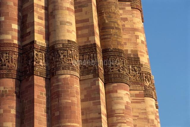 The Qutub Minar, dating from circa 1200 AD, Delhiの写真素材 [FYI03759953]
