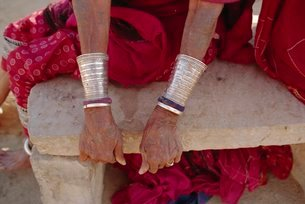 Siver bracelets, Jodpur, Rajasthanの写真素材 [FYI03759967]
