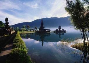 Hindu Temples at Lake Bratan, Pura Ulu Danau, Baliの写真素材 [FYI03759974]