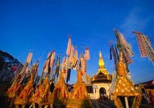 Celebrating Khao Pansaa at Pha That Luang Temple, Vientiane, Laosの写真素材 [FYI03759976]