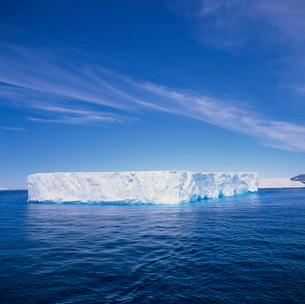 Tabular iceberg in blue sea in Antarcticaの写真素材 [FYI03760089]