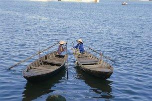 Two women in boats, Danang, Vietnam, Indochina, Southeast Asiaの写真素材 [FYI03760137]