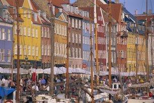 Restaurants in the Nyhavn waterfront area, Copenhagen, Denmark, Scandinaviaの写真素材 [FYI03760213]