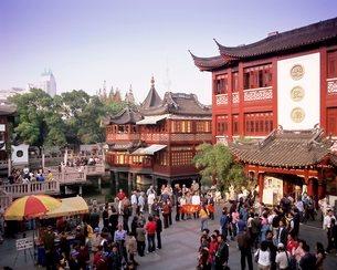 People outside the Yu Yuan tea house, Yu Yuan Shangcheng, Yu Gardens Bazaar, Shanghaiの写真素材 [FYI03760282]