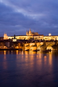 St. Vitus Cathedral, Charles Bridge and the Castle District illuminated at night in winter, seen froの写真素材 [FYI03760381]