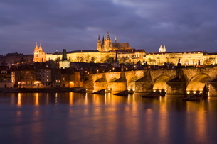 St. Vitus Cathedral, Charles Bridge and the Castle District illuminated at night in winter, seen froの写真素材 [FYI03760385]