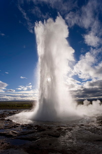 Strokkur (the Churn) which spouts up to 35 meters erupting every 10 minutes, Geysir, Golden Circle,の写真素材 [FYI03760420]