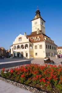 Piata Sfatului, the centre of medieval Brasov, the Council House (Casa Sfatului) dating from 1420 toの写真素材 [FYI03760431]