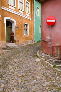 Cobbled streets lined with 16th century burgher houses in the medieval citadel, Sighisoara, Transylvの写真素材 [FYI03760443]