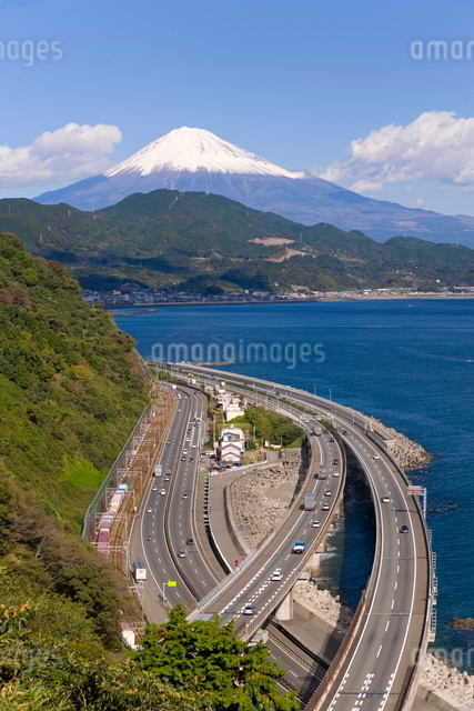 Elevated view over Expressway running along the Pacific coast, and Mount Fuji capped in snow beyond,の写真素材 [FYI03760452]