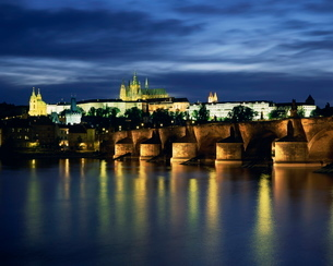 The Vltava River and Charles Bridge with St. Vitus Cathedral and St. Nicholas Church on the skylineの写真素材 [FYI03760527]