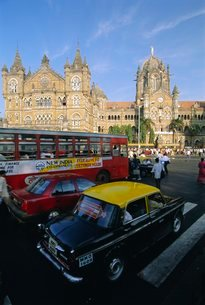Traffic in front of the station, Victoria Railway Terminus, Mumbai (Bombay), Maharashtra Stateの写真素材 [FYI03760572]