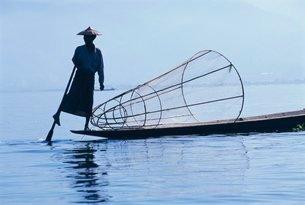 Intha fisherman, leg-rowing, Inle Lake, Shan Stateの写真素材 [FYI03760638]