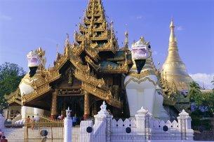 Ornate southern entrance to Shwedagon Paya (Shwe Dagon pagoda)の写真素材 [FYI03760644]