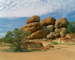 Huge boulders known as the Devil's Marbles in the Northern Territoryの写真素材 [FYI03760774]