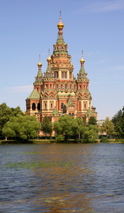 Peter and Paul church seen from Tsarina Pavilion, Peterhof, St. Petersburg, Russiaの写真素材 [FYI03760817]