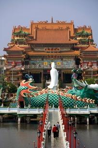 Dragon statue and Chi-Ming Tang pagoda, Lotus pond, Kaohsiung, Taiwanの写真素材 [FYI03760876]