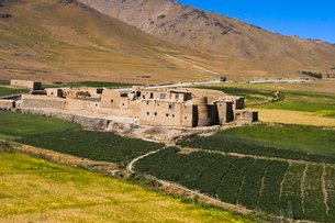 Farmhouse on the southern route between Kabul and Bamiyan, Afghanistanの写真素材 [FYI03760945]