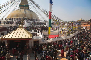 People walking round base of stupa during Lhosar, the Tibetan and Sherpa New Year festival, Bodhnathの写真素材 [FYI03760952]