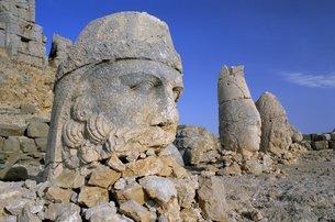 Ancient carved heads of gods on summit of Mount Nemrut, Nemrut Dagi (Nemrut Dag), Anatolia, Turkey Mの写真素材 [FYI03761150]