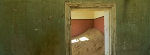 Interior of German house in the deserted mining town of Kolmanskop in the Restricted Diamond area onの写真素材 [FYI03761154]
