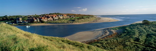 Village of Alnmouth with River Aln flowing into the North Sea, fringed by beaches, near Alnwick, Norの写真素材 [FYI03761190]