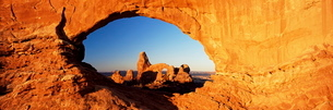 Turret Arch through North Window at sunrise, Arches National Park, Moab, Utahの写真素材 [FYI03761224]