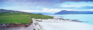 View from Taransay towards Harris and Lewis, Outer Hebrides, Scotlandの写真素材 [FYI03761231]
