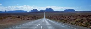 View along Highway 163 towards Monument Valley Tribal Park, Arizona'の写真素材 [FYI03761263]