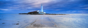 St. Mary's Lighthouse and St. Mary's Island in stormy weather, near Whitley Bay, Tyne and Wearの写真素材 [FYI03761269]