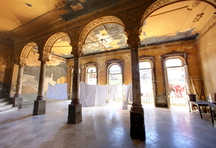 Interior of a once ornate and grand apartment building, now in a state of disrepair, Havana, Cubaの写真素材 [FYI03761306]
