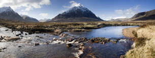 Panoramic view across River Etive towards snow-covered mountains including Buachaille Etive Mor, Ranの写真素材 [FYI03761346]