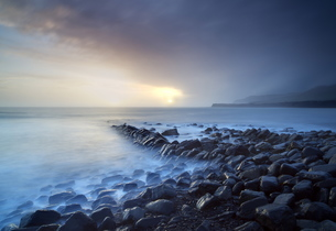 Sunset on a stormy winter's day looking across Kimmeridge Bay from the remains of Clavell's Pier, Kiの写真素材 [FYI03761357]