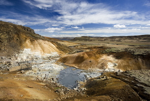 Dramatic volcanic landscape with mudpools in geothermal area on Reykjanes Peninsula, near Keflavik,の写真素材 [FYI03761367]