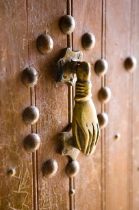 Brass Hand of Fatima door knocker, a popular symbol in Southern Morocco, Merzougaの写真素材 [FYI03761379]