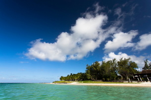 View of idyllic Belle Mare Beach showing blue sky, soft sand and the aquamarine sea of the Indian Ocの写真素材 [FYI03761411]