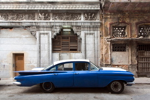 Vintage American car parked on a street in Havana Centro, Havana, Cuba, Caribbeanの写真素材 [FYI03761426]