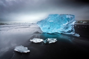 Jokulsa Beach on a stormy day, where icebergs from nearby Jokulsarlon glacial lagoon flow into the Nの写真素材 [FYI03761452]