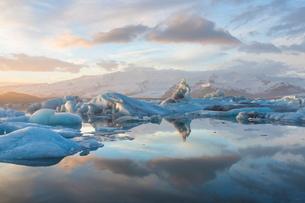 Winter sunset over Jokulsarlon, a glacial lagoon at the head of the Breidamerkurjokull Glacier on thの写真素材 [FYI03761459]