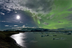 The Aurora Borealis (Northern Lights) captured in the night sky over Jokulsarlon glacial lagoon on tの写真素材 [FYI03761467]
