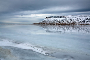 Winter view over a frozen lake towards snow-covered headland near Grundarfjordur, Snaefellsnes Peninの写真素材 [FYI03761500]