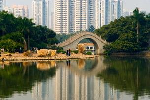 Litchi Park Bridge, Shenzhen Special Economic Zone (SEZ), Guangdongの写真素材 [FYI03761605]
