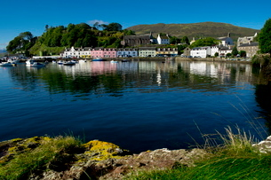 A line of port houses forms the backdrop to the waterfront of Portree Harbour on the Isle of Skye, Iの写真素材 [FYI03761663]