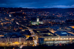 An aerial view of central Bath shows the Abbey and Southgate development at dusk, Bath, Avonの写真素材 [FYI03761664]