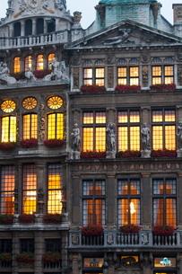 Grand Place building facade at dusk, Brussels, Belgiumの写真素材 [FYI03761678]