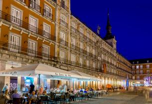 Plaza Mayor cafes at dusk, Madridの写真素材 [FYI03761759]