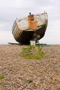 Fishing boat on Orford beach, Suffolk coastの写真素材 [FYI03761780]