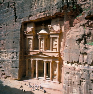 The Treasury (Khaznat Far'oun), dating from the 1st century BC, at end of Siq, Nabatean archaeologicの写真素材 [FYI03761848]