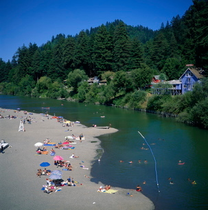 Aerial view over people swimmingng in the Russian River at Monte Rio, a popular recreational and camの写真素材 [FYI03761858]