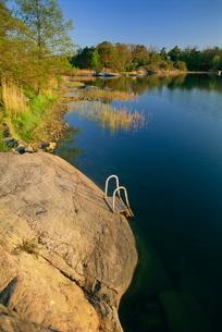 Steps placed beside lake to help bathers, Rosenon Island, near Dalaro, Sweden, Scandinaviaの写真素材 [FYI03761980]